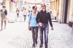 走通过Tuebingen街道的资深夫妇  免版税库存照片
