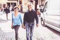 走通过Tuebingen街道的资深夫妇  图库摄影