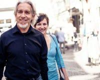 走通过Tuebingen街道的资深夫妇  免版税库存图片