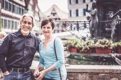 走通过Tuebingen街道的资深夫妇  免版税图库摄影