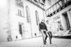 走通过Tuebingen街道的资深夫妇  库存照片