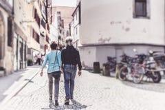走通过Tuebingen街道的资深夫妇  库存图片