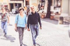 走通过Tuebingen,德国的资深夫妇 库存照片