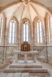 走道、法坛和被镀金的巴洛克式的临时房屋在圣克鲁斯中世纪教会里  免版税库存照片