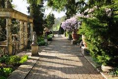 走道在一个美丽的风景庭院里 库存照片