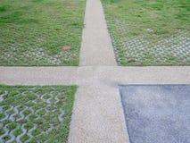 走道在公园,由砖装饰,混凝土, ceme正方形  库存照片