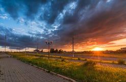 走道在日落的城市 免版税库存图片