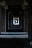 走道在被放弃的旅馆里 库存照片