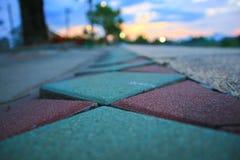 走道块石头在公园和拷贝空间的颜色水泥增加与浅景深的文本精选的焦点 免版税库存图片