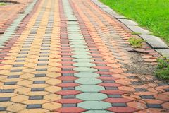 走道块石头在公园和拷贝空间的颜色水泥增加文本 图库摄影