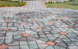 走道块石头在公园和拷贝空间的颜色水泥增加文本 免版税库存照片