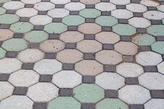 走道块石头在公园和拷贝空间的颜色水泥增加 库存图片
