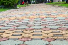 走道块石头在公园和拷贝空间的颜色水泥 库存图片