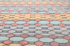 走道块石头在公园和拷贝空间的颜色水泥 免版税库存照片