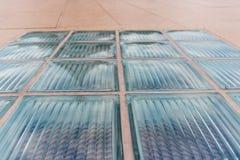 走道大块玻璃在条纹样式线的 库存照片