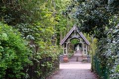 走道导致教会公墓 库存照片