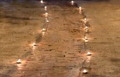 走道用在地板上的小蜡烛装饰 库存照片