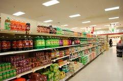 走道碳酸钠超级市场 库存照片