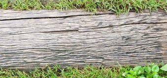走道背景的难看的东西木地板与绿草领域, 免版税库存图片