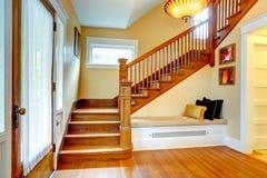 走廊内部。与长凳的老楼梯 免版税库存照片