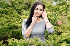 走/华沙公园视图的女孩美丽的女孩  免版税图库摄影