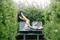 走/华沙公园视图的女孩美丽的女孩  库存图片