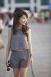 走年轻可爱的亚裔的妇女与放松的门和 库存照片