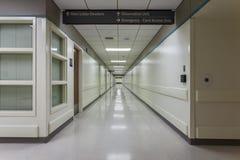 走廊在一家现代医院 库存图片