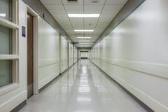 走廊在一家现代医院 免版税库存图片