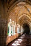 走廊在修道院里。 免版税库存图片