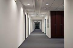 走廊在办公室 免版税库存图片