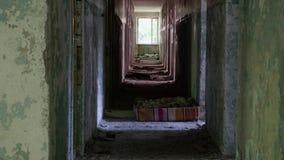 走廊在被放弃的房子里 光滑和慢移动式摄影车射击 影视素材