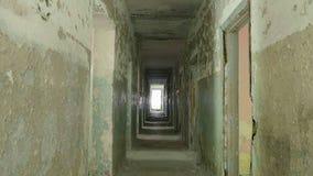 走廊在被放弃的房子里 光滑和慢移动式摄影车射击 股票录像