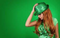 走读女生帕特里克s st 帽子佩带的妇女年轻人 免版税库存图片