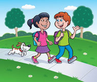 走从学校的女孩、男孩和狗 免版税库存图片