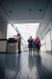 走廊的学生 免版税库存图片
