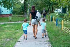 走年轻的母亲两个男孩 免版税图库摄影