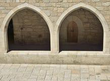 走廊的石曲拱 免版税库存照片