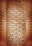走廊的红褐色的被定调子的砖墙末端,抽象backgro 免版税库存图片