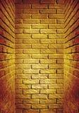 走廊的黄色和红色被定调子的砖墙末端,抽象ba 免版税图库摄影