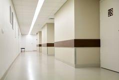 走廊空的医院 免版税库存图片