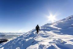 走blanc法国冰川男性mont的登山家上升 登山家reac 免版税库存照片