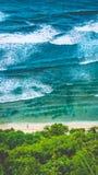 走Nunggalan海滩的人 滚动大的波浪  Uluwatu,巴厘岛,印度尼西亚 库存照片