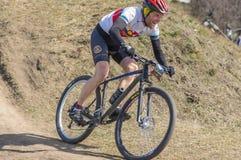 赶紧对终点线的参加者在一家地方自行车俱乐部的第一爱好者`春天种族Kodaki期间在Dnipro 免版税库存照片