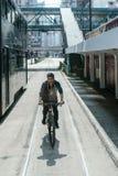 赶走自行车的人在香港 免版税库存图片