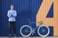 赶超崇拜者行家会想要这辆自行车 免版税图库摄影