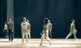 赶紧步行者对来到去现代舞蹈 图库摄影