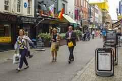 赶紧沿教会车道的步行者在老城贝尔法斯特在北爱尔兰 免版税库存图片