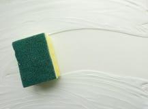 起了泡沫海绵洗涤肥皂表面 抽象简单的背景,清洁主题的背景  免版税库存照片