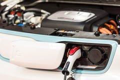 起亚灵魂EV在电源的电车充电 免版税库存图片